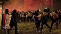 Odvrácená strana francouzských oslav: rozbíjení výloh a rabování