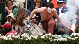 Protestující skáče na kurt během finále French Ope...