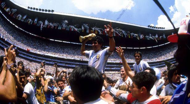 Světový fotbal přišel o legendu. Zemřel Diego Maradona
