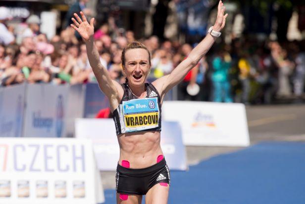 Vrabcová-Nývltová se v půlmaratonu vešla do první desítky. Doběhla osmá