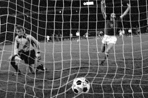 Momenty Eura: Panenkův zlatý dloubák, který přepsal fotbalové slovníky (1976)
