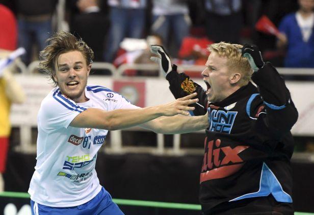 Finové slaví florbalový triumf. Ve finále MS udolali Švédy až v nájezdech