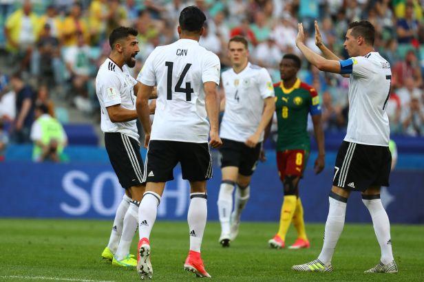 Němci si pohlídali postup ze skupiny po výhře nad Kamerunem 3:1, dál jde i Chile