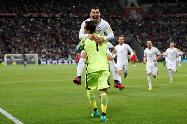 Penaltový mág Bravo poslal Chile do finále, Portugalci si zahrají o bronz