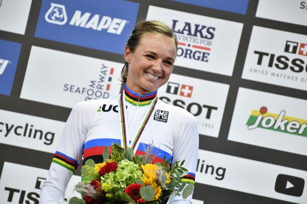 Nizozemský triumf. Blaaková vrátila silné cyklistické zemi duhový dres