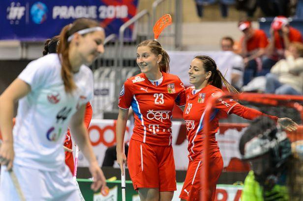 České florbalistky rozdrtily Polsko 10:4 a postoupily do semifinále