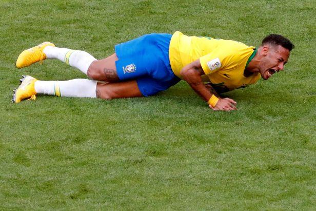 Jak zatočit se zdržováním a simulováním fotbalistů? Řešením může být čistý čas
