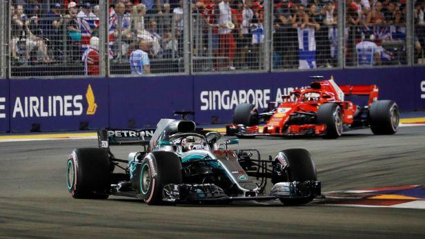 Hamilton zužitkoval v Singapuru pole position a zvýšil náskok na 40 bodů