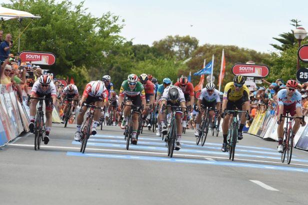 Ewan přišel o výhru v páté etapě po rozhodnutí jury, dodatečně slavil Philipsen