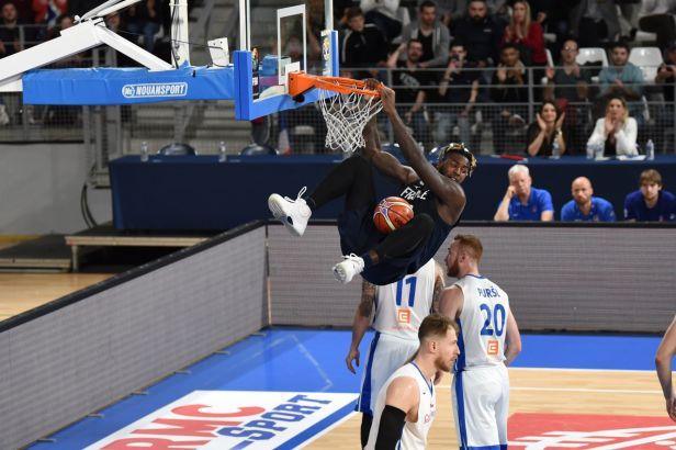 Basketbalisté po porážce ve Francii: Hráli jsme slušně, nestačili jsme na jejich vysoké pivoty