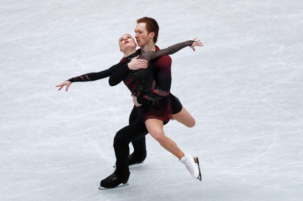 Sportovním dvojicím vévodí po krátkém programu Tarasovová s Morozovem, Češi uzavírají pořadí