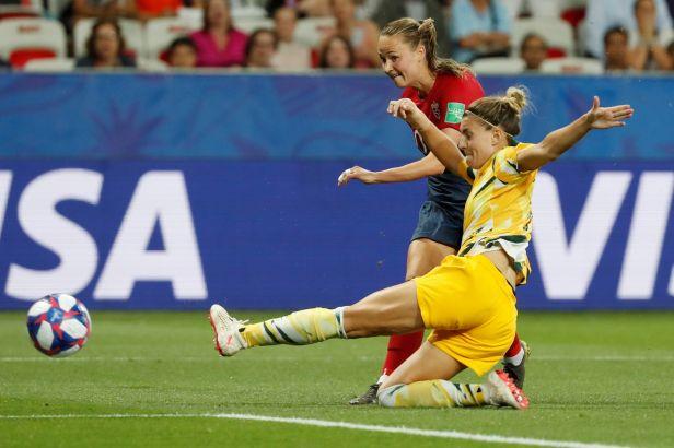 Norsko udolalo oslabenou Austrálii v penaltovém rozstřelu, Německo přehrálo Nigérii 3:0