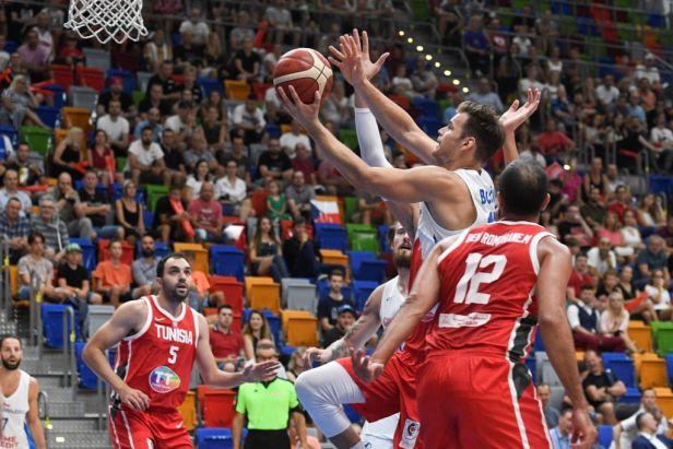 Basketbalisté zvládli vyhecovanou přestřelku s Tuniskem a úspěšně vykročili do pražského turnaje