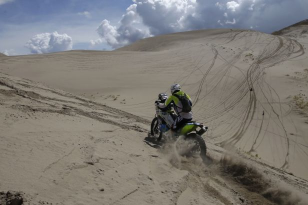 Malí hrdinové Dakaru. Jezdci v kategorii malé moto si musí v poušti vystačit sami