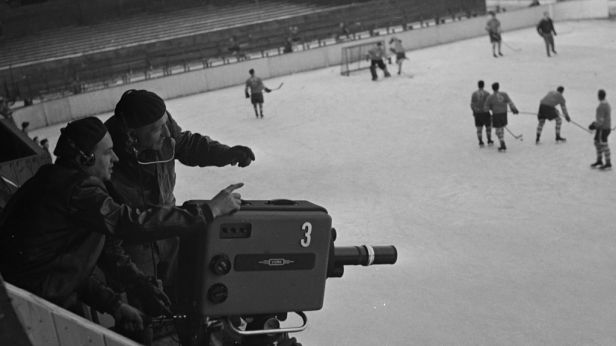 Začalo to u hokeje. Před 65 lety odvysílala Československá televize první přímý přenos