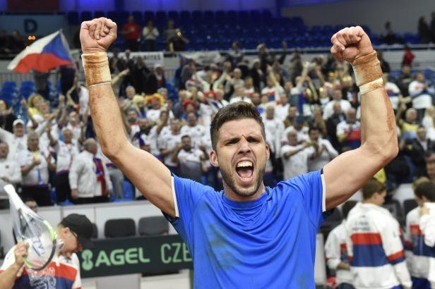 Veselý odvrátil mečbol a zajistil Česku postup do finále Davis Cupu přes Slováky