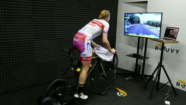 Cyklistika alespoň virtuálně. Závodníci si vyzkoušeli náročné etapy, vyhráli Pichlíková a Škarnitzl