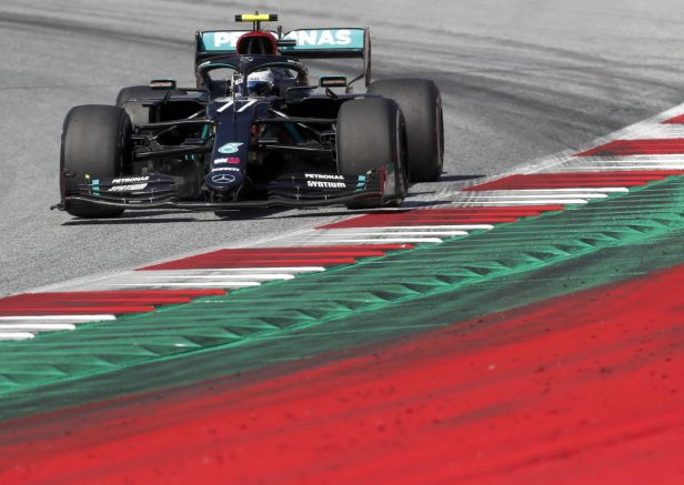 V Rakousku zajel nejlépe Bottas, Hamilton se po trestu propadl