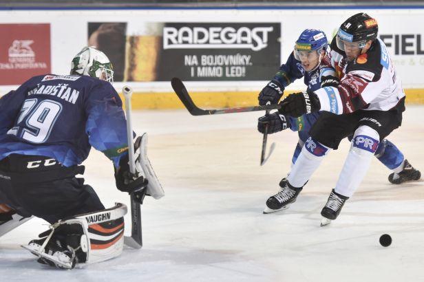Třinec a Pardubice si zajistily postup do pohárového play-off. Sparta díky Horákovi přehrála Kladno