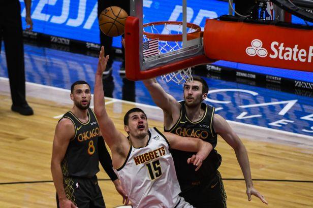 Chicago nestačilo na Jokiče a Denver, prohrál také Utah. Brooklyn zdolal San Antonio