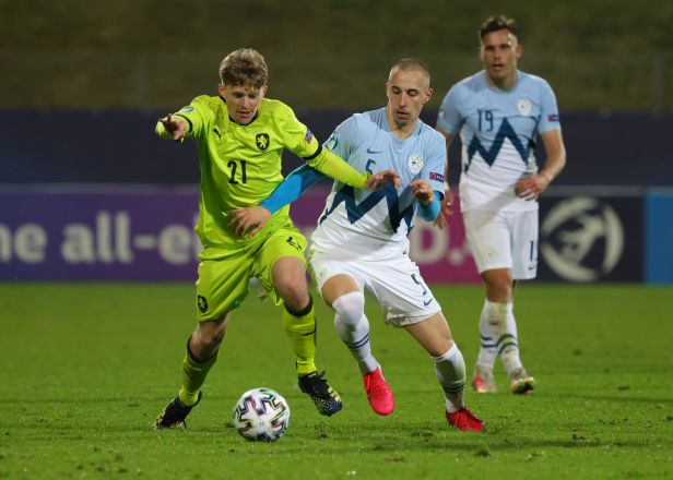 Jednadvacítce pomohl opět vlastní gól soupeře, body si na ME podělila i se Slovinci
