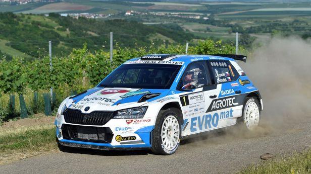 Po první etapě vede Rally Hustopeče těsně Pech následován Kopeckým