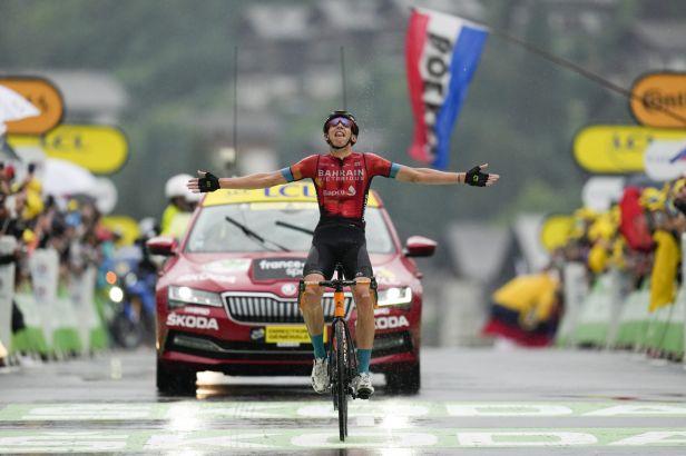 Král Pogačar se fantastickým výkonem oblékl do žlutého, první alpskou etapu ovládl Teuns