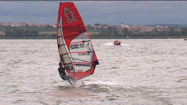 Rozjížďky MS ve windsurfingu na Nových mlýnech ovládl Wójcik