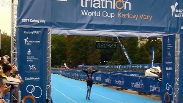 Frintová byla v triatlonu při premiéře ve Varech druhá, vyhrála Backhousová
