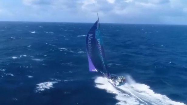 Do konce závodu Volvo Ocean Race zbývá 1500 mil, vede Team Brunel