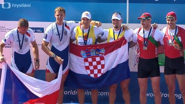 Medailový ceremoniál po stříbrném závodě Podrazila s Helešicem