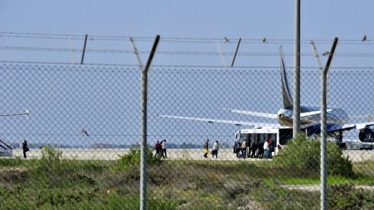 Pasažéři z uneseného letadla nastupují do přistavených autobusů,  Autor: Stringer,  Zdroj: Reuters