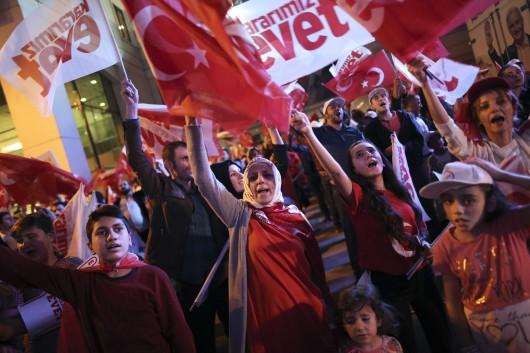 Stoupenci Erdogana oslavují v ulicích Istanbulu,  Autor: ALKIS KONSTANTINIDIS,  Zdroj: Reuters