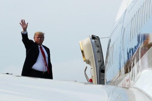 Donald Trump při odletu ze Singapuru,  Autor: Jonathan Ernst,  Zdroj: Reuters