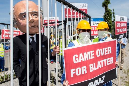 Demonstrant v Curychu během protestů proti korupci ve FIFA
