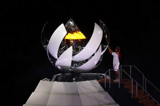 Naomi Ósakaová zapaluje olympijský oheň