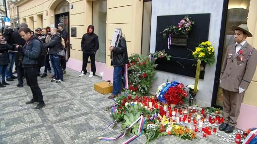 Památník 17. listopadu na Národní třídě po 8:00 Zdroj: ČT24